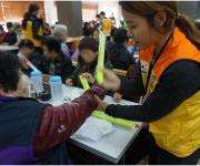 전국자원봉사연맹, 노인 야간 교통안전을 위한 '반사팔찌' 전달
