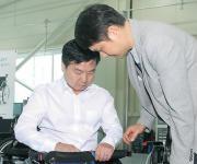 홍종학 장관, 현장애로 해소…중소기업 휠체어 제품 출시 도와