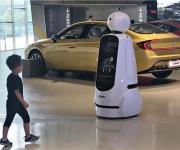 LG '클로이' 로봇, 현대차 체험공간서 관람객 안내 서비스