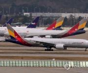 인천공항에서 착륙하는 아시아나항공 여객기