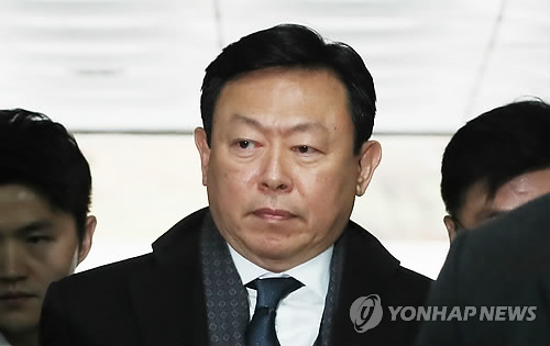 법원 들어서는 신동빈 회장 [연합뉴스 자료사진]