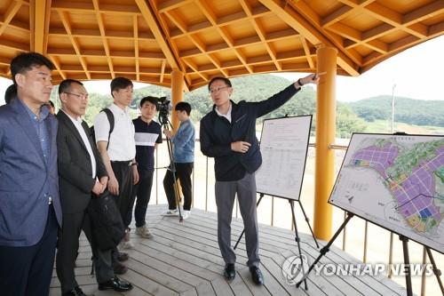 광주 빛그린산단 완성차 공장 부지 설명하는 LH 관계자