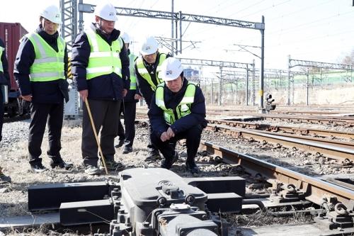 선로전환기 점검하는 김상균(오른쪽) 철도공단 이사장