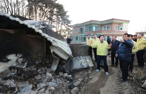 강원 산불 피해현장 점검하는 김병원 농협 회장