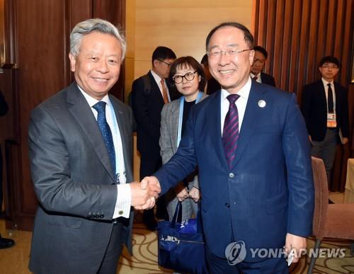 지난 4월 홍남기 부총리와 만나는 진리췬 AIIB 총재