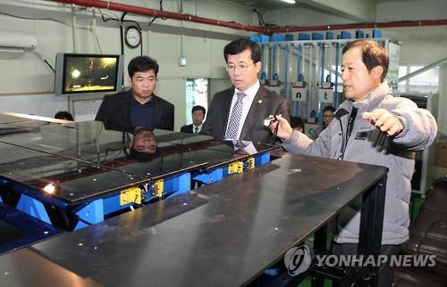 조달우수기업 공장 둘러보는 정양호(중앙) 조달청장 [연합뉴스 자료사진]