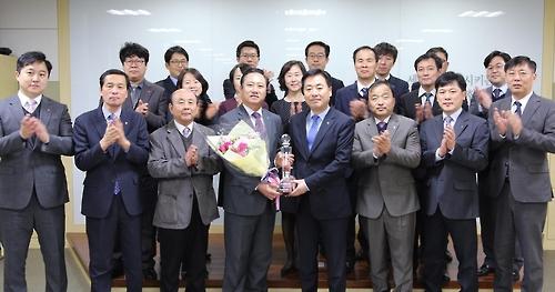 여신 5천억 달성 탑 받은 인천 중구농협 임직원들 [인천농협 제공=연합뉴스]