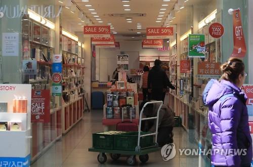 6일 한산한 명동 화장품가게[연합뉴스 자료사진]
