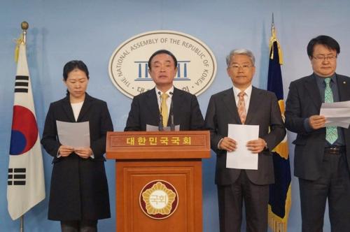국회 정론관에서 기자회견하는 국민의당 광주지역 의원들.