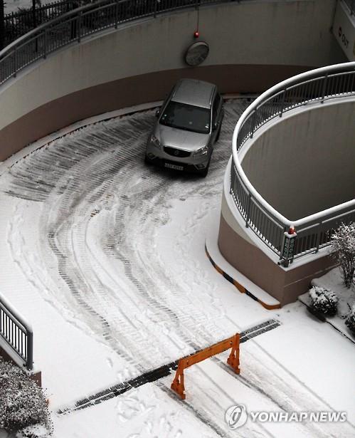 아파트 주차장 입구에서 미끄러진 승용차
