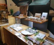 강남 카페 한켠에 경기도 1인 기업 제품 판매대 운영